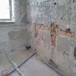 Fürdőszoba felújítás alatt vÍzszerelő kiépíti a vízvezetéket Budapest